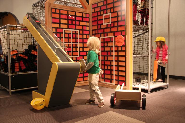 Building Buddies, exposition itinérante conçue pour les enfants utilisant le système Playblok de Toboggan Design, 2011