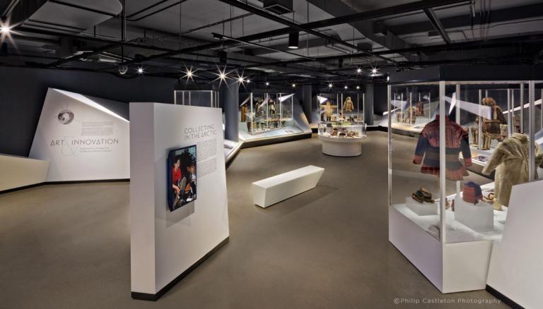 Art & Innovation, exposition permanente présentant la collection du Bata Shoe Museum, Toronto, 2016