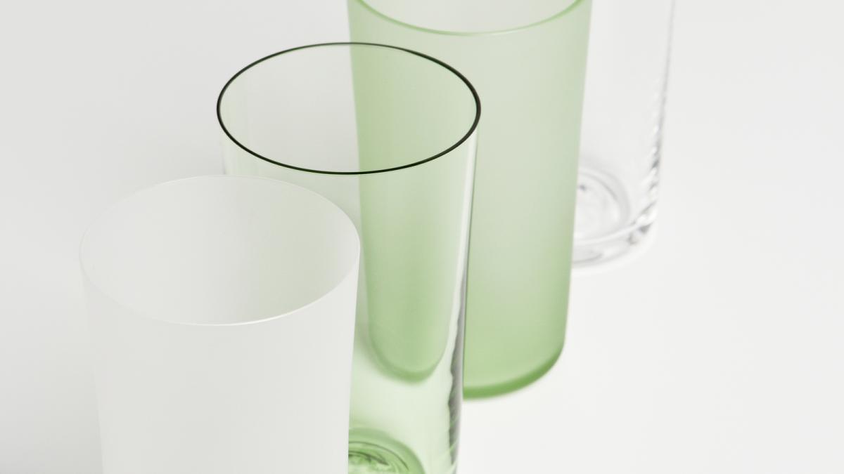 Le verre emblématique «Verre Commun» est fabriqué à partir du verre vert finition translucide. La collection Verre Commun a aussi été déclinée en 4 types de verre : clair translucide, vert transparent, vert translucide et clair transparent