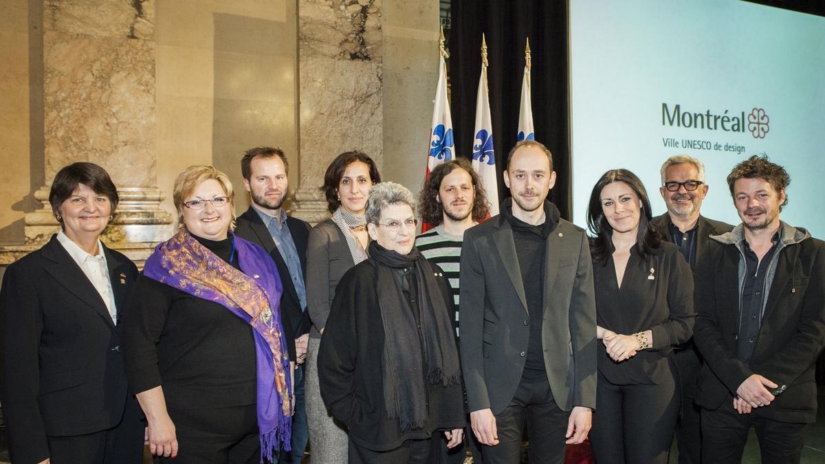 Cérémonie officielle de remise de la bourse Phyllis-Lambert Design Montréal, 9 décembre 2013. Les lauréats en compagnie des membres du jury et des élus.