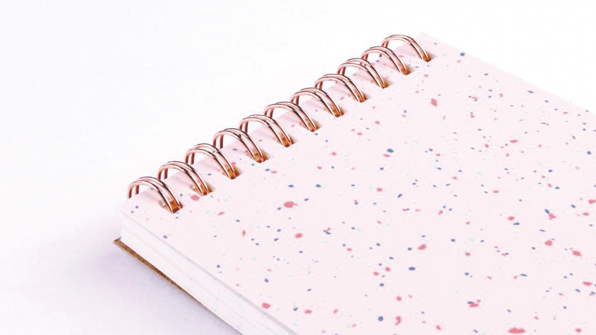 Confettis roses Reporter-Style Notebook