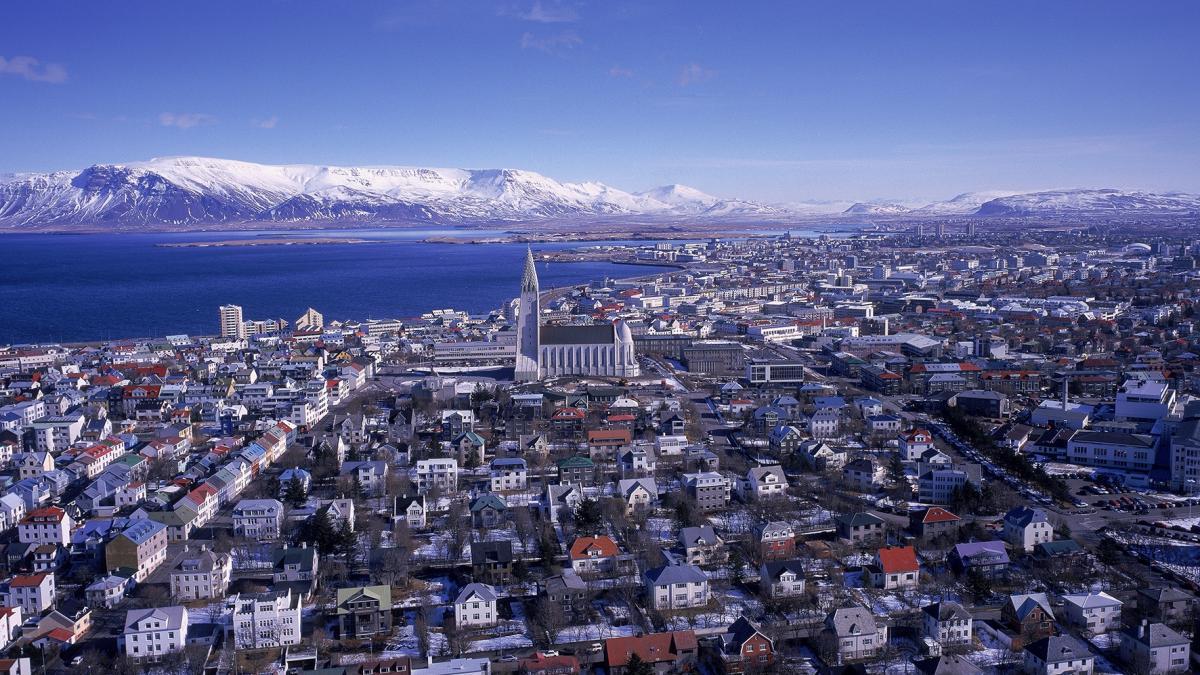 Panorama de la ville avec vue sur le Mont Esja; Reykjavik, Islande - Ville de  Ville de littérature