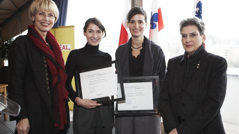 Cérémonie de remise officielle de la bourse Phyllis-Lambert Design Montréal, 7 octobre 2010 : Helen Fotopulos, membre du comité exécutif de la Ville de Montréal, Melissa Mongiat et Mouna Andraos, lauréates 2010, et Phyllis Lambert