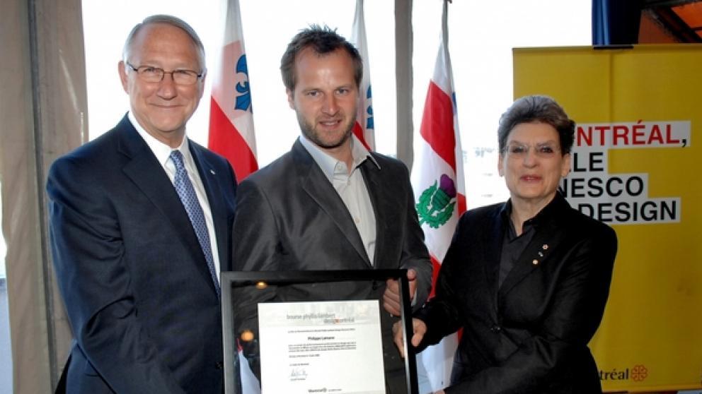Cérémonie officielle de remise de la bourse Phyllis-Lambert Design Montréal, 12 juin 2008 : Maire de Montréal, Gérald Tremblay, Philippe Lamarre, lauréat 2008 et Phyllis Lambert