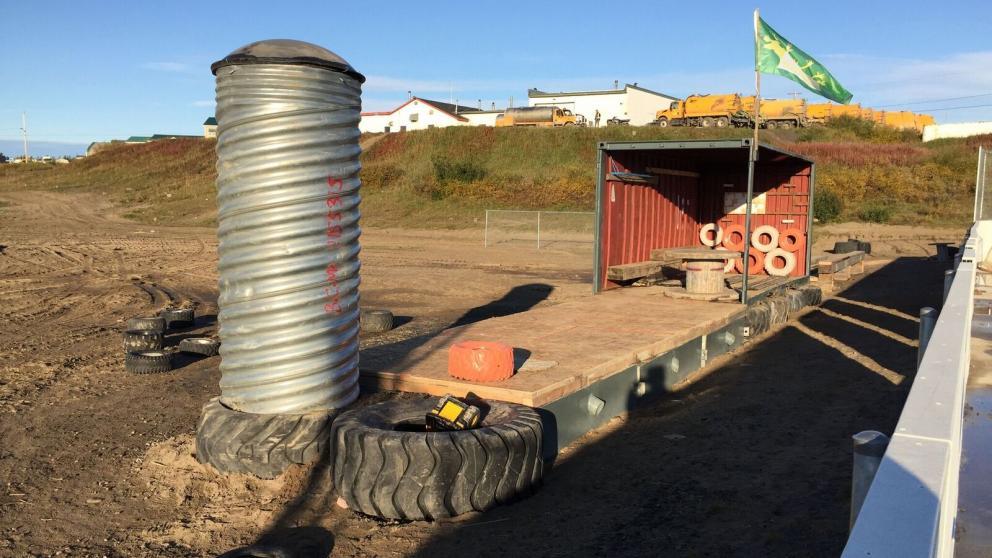 Abri multifonctionnel conçu en utilisant un vieux conteneur réalisé lors d'un projet à Kuujjuaq dans le cadre de la Charrette interuniversitaire du Centre Canadien