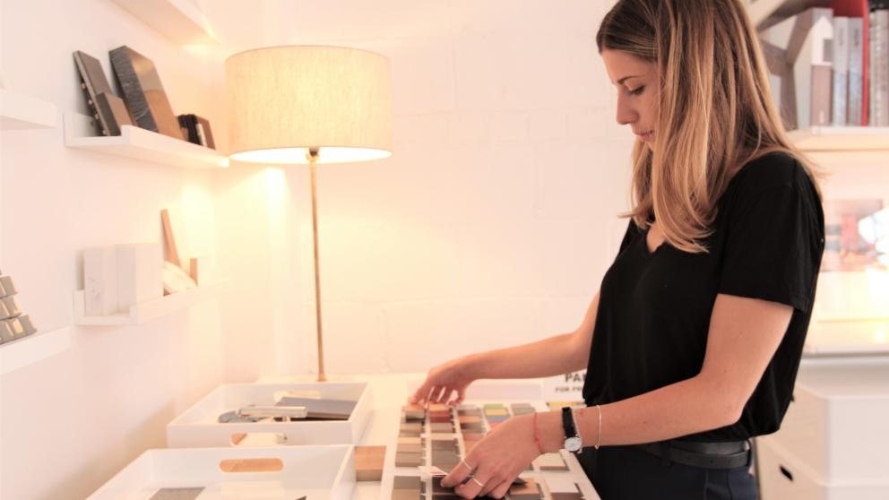 Pascale Viglas selecting samples in her worlkhop