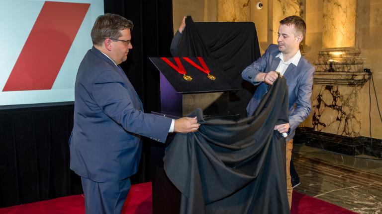 Denis Coderre, Maire de Montréal, Jacques Desbiens, designer industriel lors du dévoilement de la médaille de l'Ordre de Montréal, 17 mai 2016