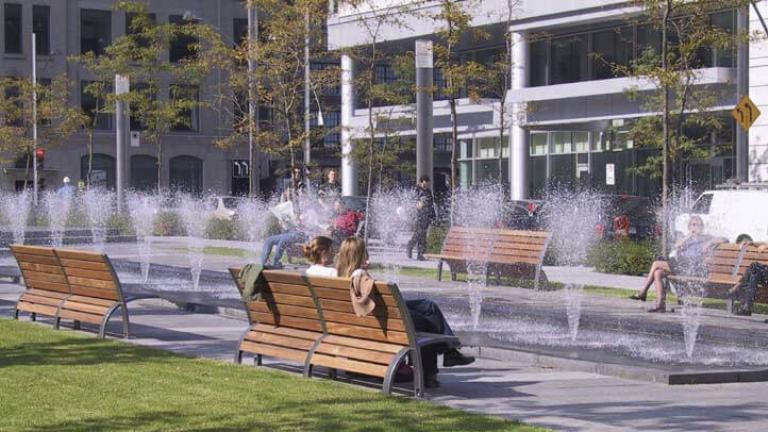 Mobilier urbain dans le Quartier international de Montréal, par Daoust Lestage/Provencher Roy, arrondissement de Ville-Marie